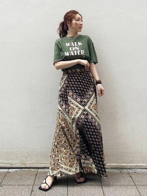 グリーンのロゴTシャツ×エスニックロングタイトスカート×黒のサンダル