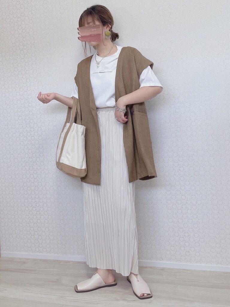 白のTシャツ×茶色のベスト×レザーサンダル×白のプリーツスカートのコーデ