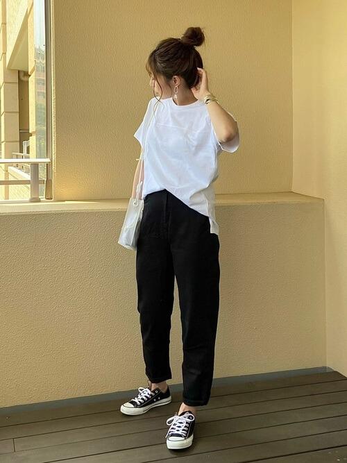 シルバーのバングル×白のTシャツ×黒のデニムパンツ