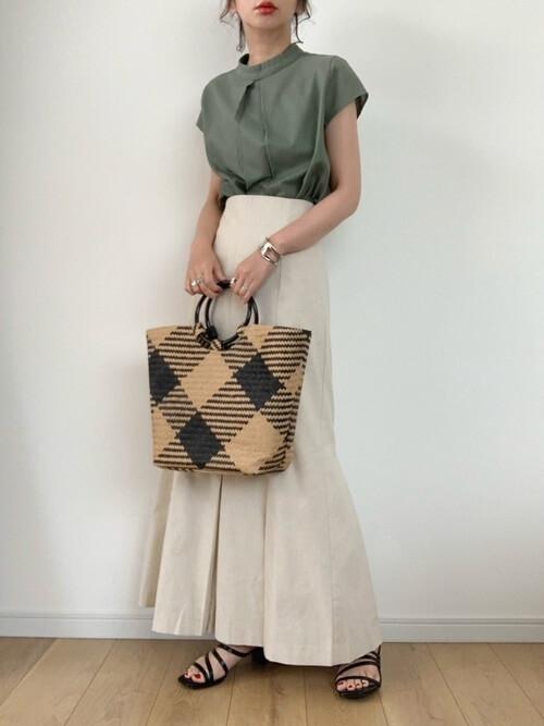シルバーのバングル×グリーンのブラウス×ベージュのスカート
