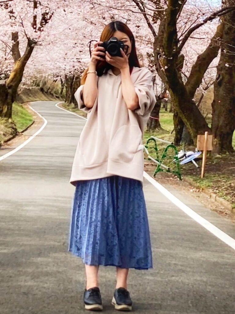スウェットパーカー×レースプリーツスカート×スニーカーのカメラ女子コーデ