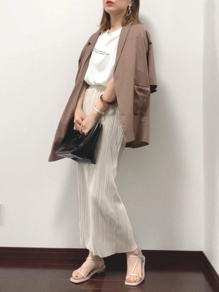 半袖テーラードジャケット×白のTシャツ×サンダル×白のプリーツパンツのコーデ