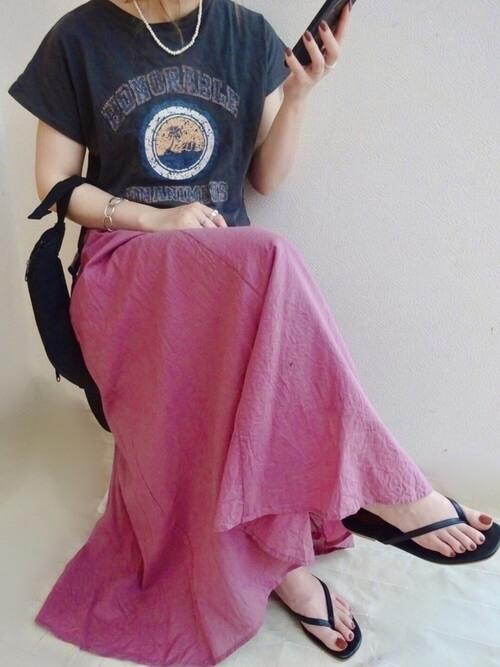シルバーのバングル×グレーのロゴTシャツ×ピンクのロングスカート