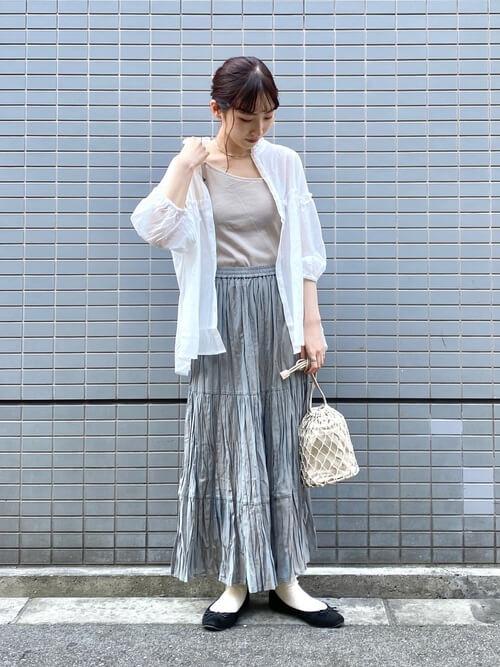 グレーのプリーツスカート×白のシャツ×グレーのキャミソール×黒のパンプス