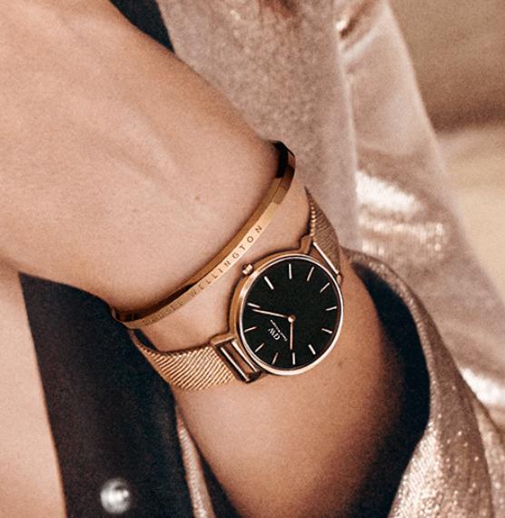 バングルのおしゃれな付け方:腕時計と重ね付け