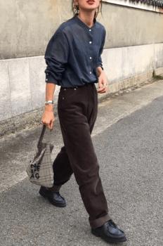 ネイビーシャツ×ブラウンのパンツ×革靴×チェックバッグ