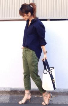 ネイビーシャツ×カーキのパンツ×シルバーのヒール