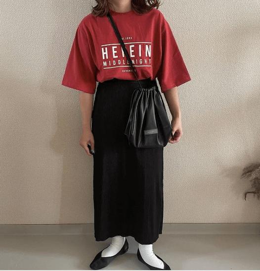 黒のプリーツスカート×赤のロゴTシャツ×黒のパンプス×黒のショルダーバッグ
