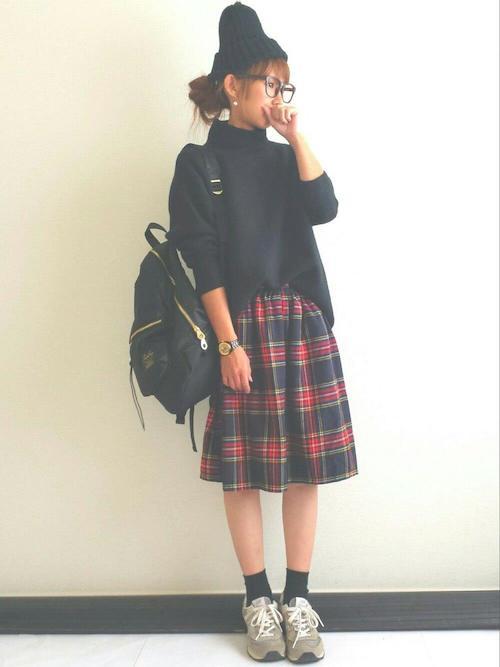 タートルネック×チェック柄スカート