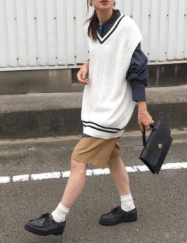ネイビーシャツ×白のオーバーサイズベスト×ハーフパンツ×革靴