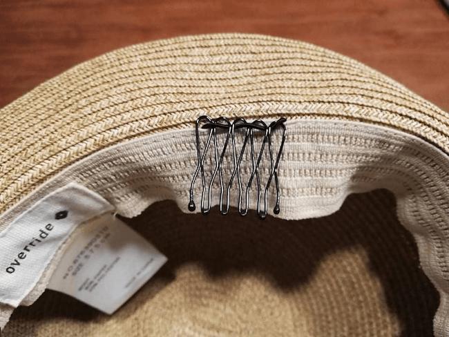 100均や自宅にあるアイテムを使った帽子が風で飛ばない方法:コーム!
