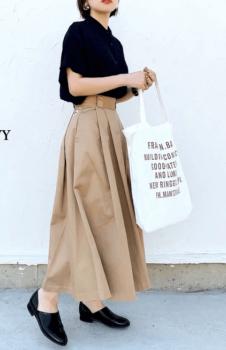 ネイビーシャツ×トレンチ風ロングスカート×黒の革靴