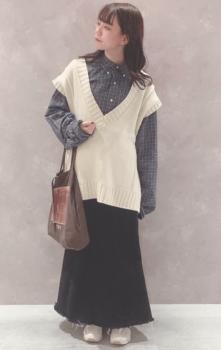 ネイビーシャツ×白のオーバーサイズニットベスト×黒のロングニットスカート