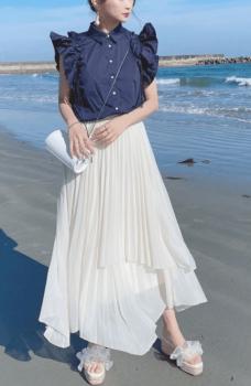 ネイビーシャツ×白のロングアシメスカート×サンダル