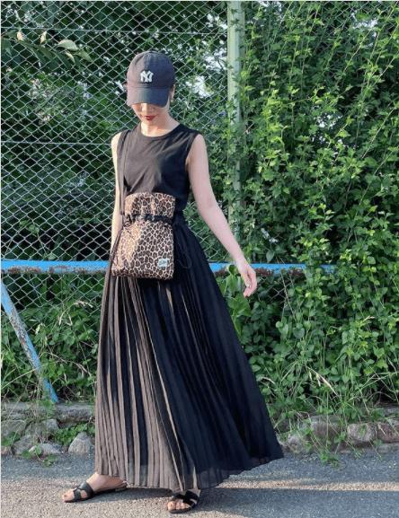 黒のプリーツスカート×黒のノースリーブ×黒のサンダル×レオパード柄のバッグ