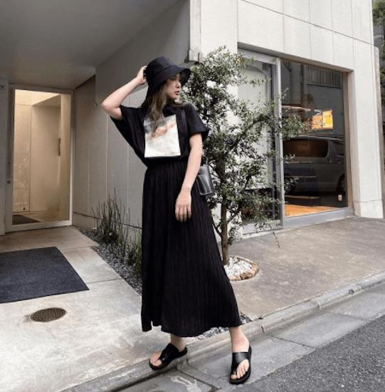 黒のプリーツスカート×黒のアートTシャツ×黒のトングサンダル×黒のバケットハット