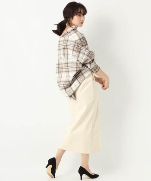 ネルシャツ×白のタイトスカート×黒のパンプス