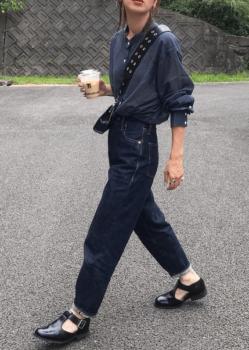 ネイビーシャツ×デニムパンツ×革靴