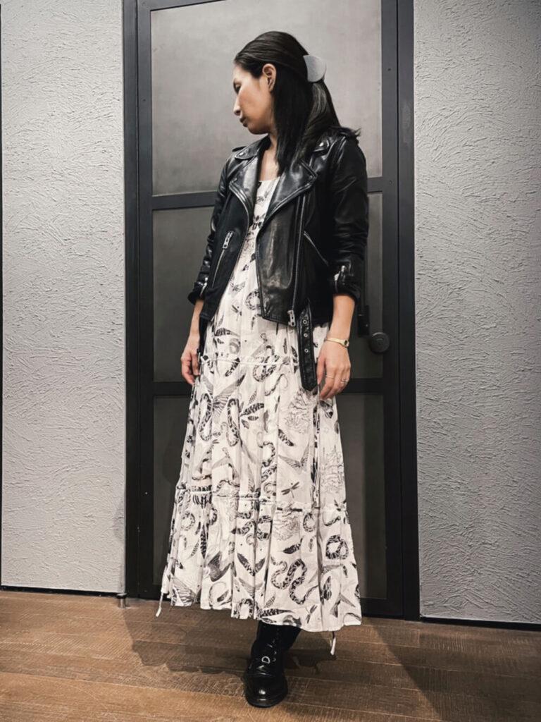 総柄ワンピ×黒のブーツ×黒ライダースジャケットの秋冬コーデ