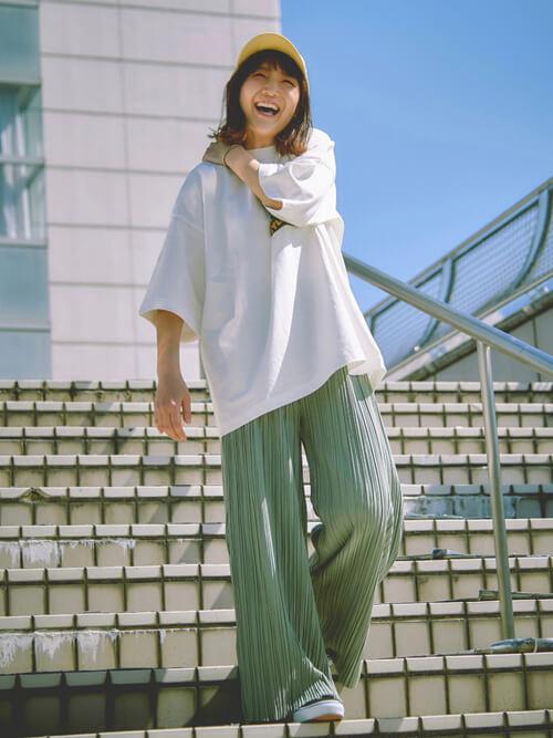 白のTシャツ×グリーンのワイドプリーツパンツ×黒のスニーカー