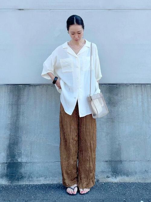 白のシャツ×ブラウンのパンツ×サンダル