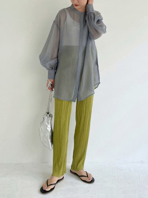 グレーのシアーシャツ×白のタンクトップ×グリーンのプリーツパンツ×黒のサンダル