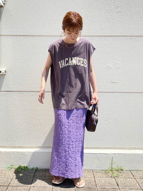 タイトスカート×黒のロゴTシャツ×ベージュのサンダル