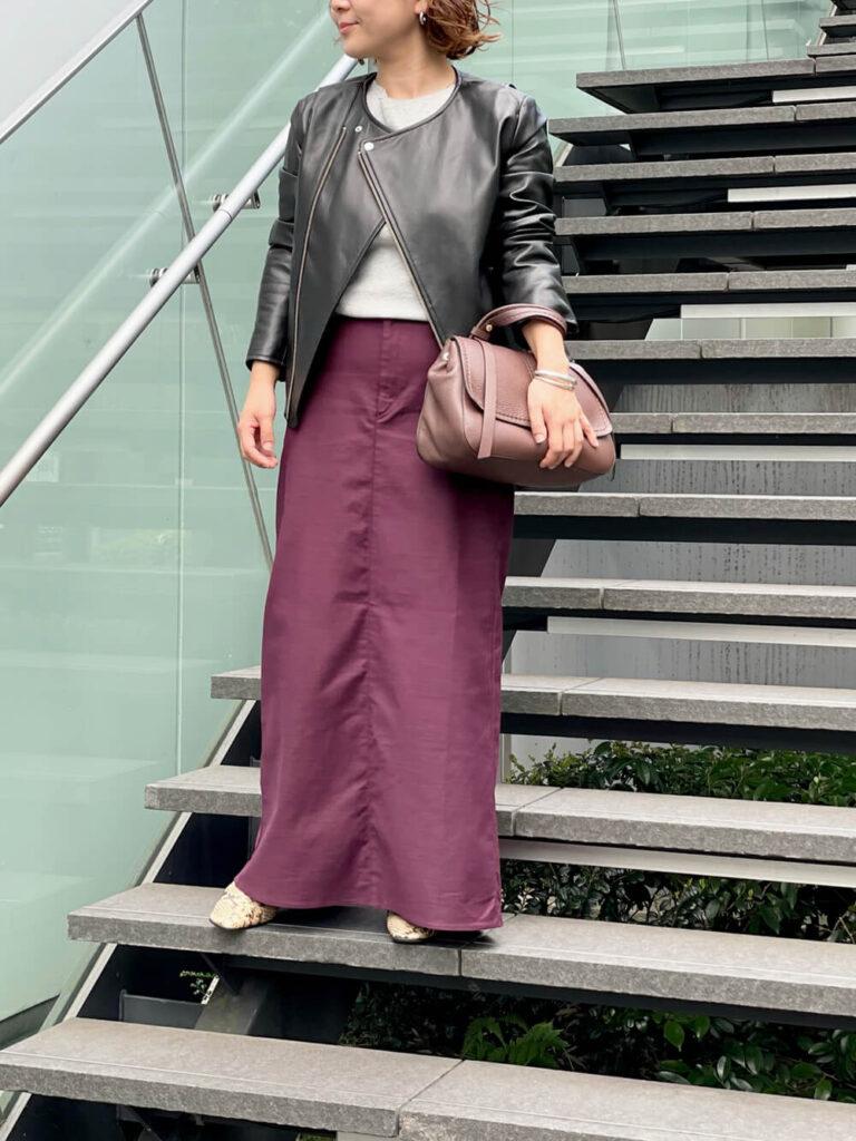グレーのニット×紫のマキシスカート×黒ライダースジャケットの秋冬コーデ