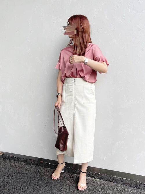 タイトスカート×ピンクのブラウス×クリアサンダル×ブラウンのバッグ