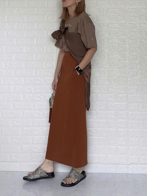 タイトスカート×ブラウンのシャツ×ブラウンのTシャツ×バイソン柄のトングサンダル