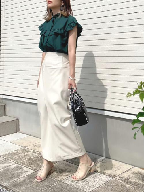 タイトスカート×グリーンのブラウス×白のタイトスカート×ベージュのサンダル