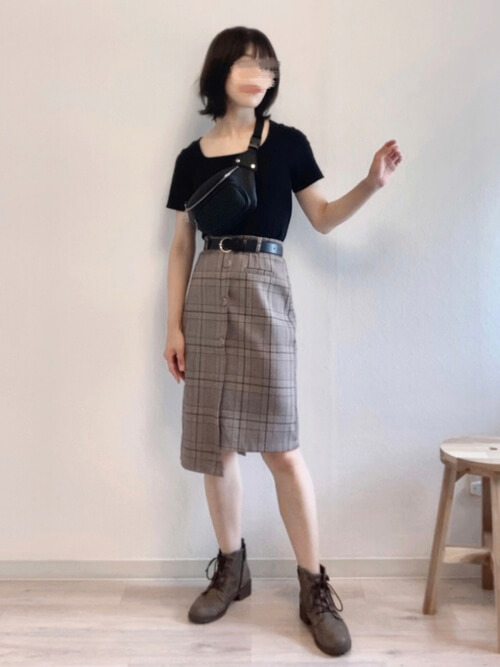 黒のリブニット×チェックのタイトスカート×ブラウンのブーツ