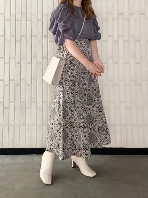 白のブーツ×グレーのブラウス×黒のロングスカート×白のショルダーバッグ