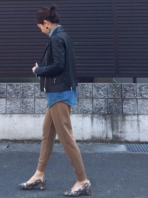デニムシャツ×ジョガーパンツ