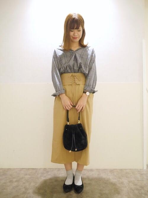 コルセットスカート×グレンチェックシャツ×黒のパンプス×黒のバッグ