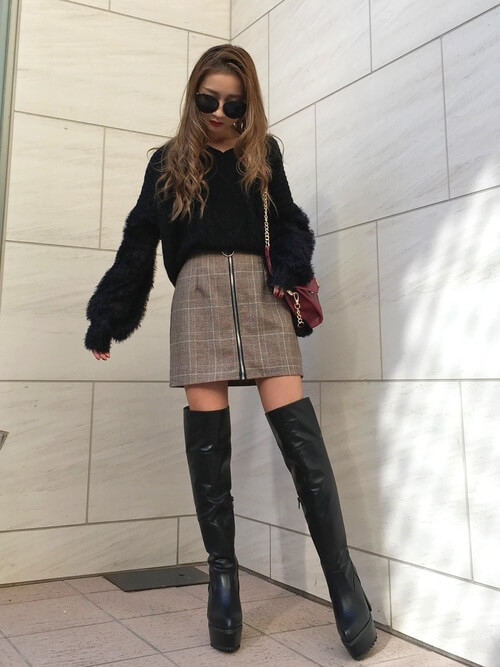 黒のニーハイブーツ×黒のニット×グレンチェックのスカート