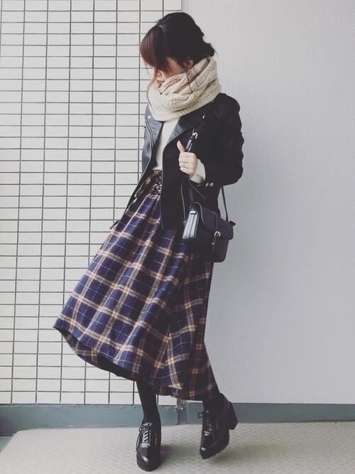 コルセットスカート×黒のライダースジャケット×白のニット×黒のブーツ×ベージュのスヌード