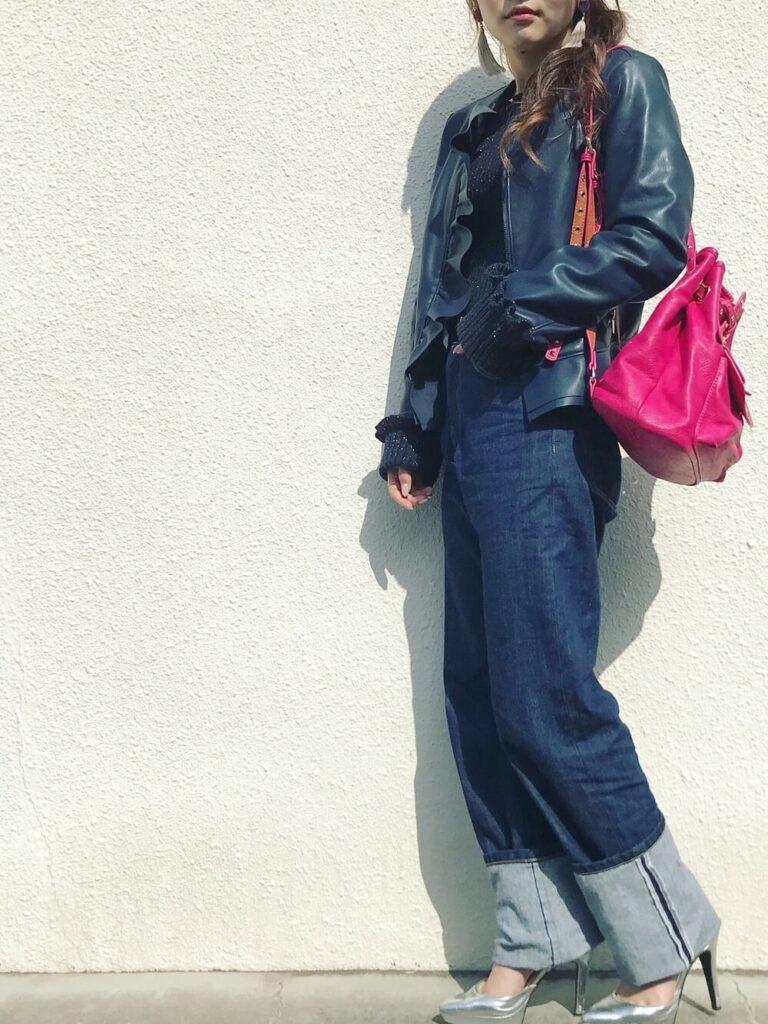 黒のニット×インディゴデニム×シルバーのパンプス×青のライダースジャケットの秋冬コーデ