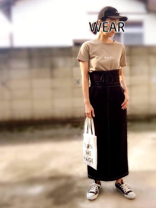 コルセットスカート×ベージュのロゴTシャツ×黒のスニーカー×白のトートバッグ