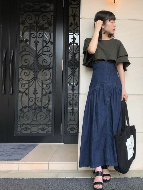 コルセットスカート×グリーンのTシャツ×黒のサンダル×黒のトートバッグ