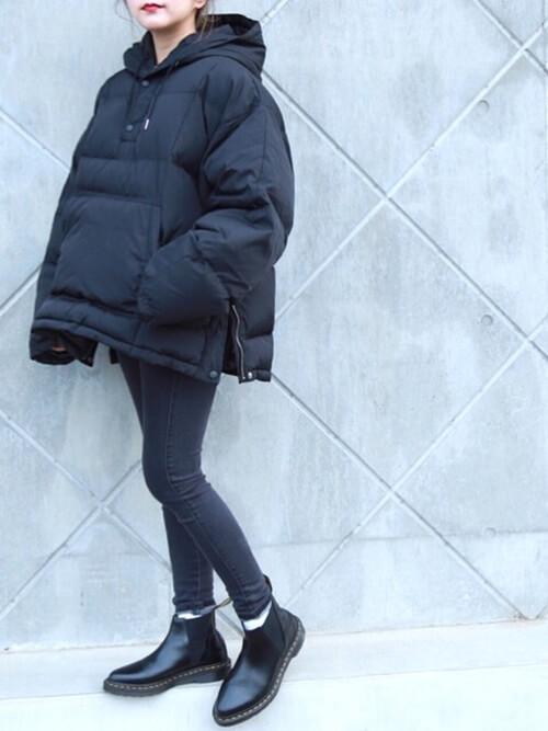 アノラックパーカー×黒のスキニーデニムパンツ×黒のブーツ