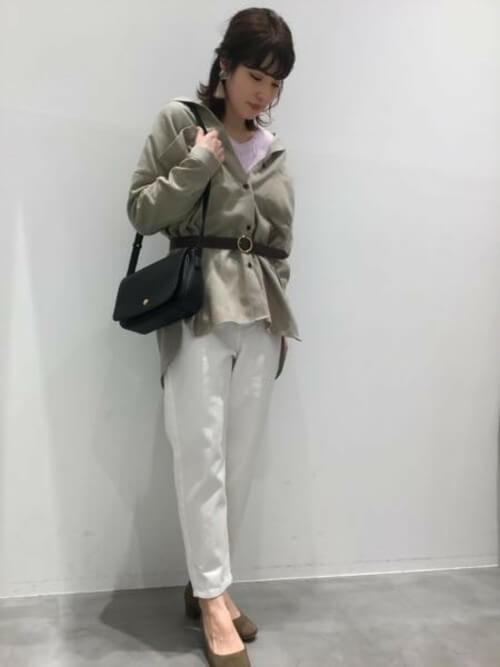 ネルシャツ×パープルのニット×白のパンツ×カーキのパンプス