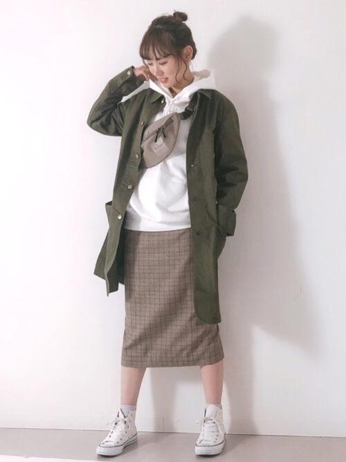 ショップコートの着こなし方:タイトスカートと合わせる