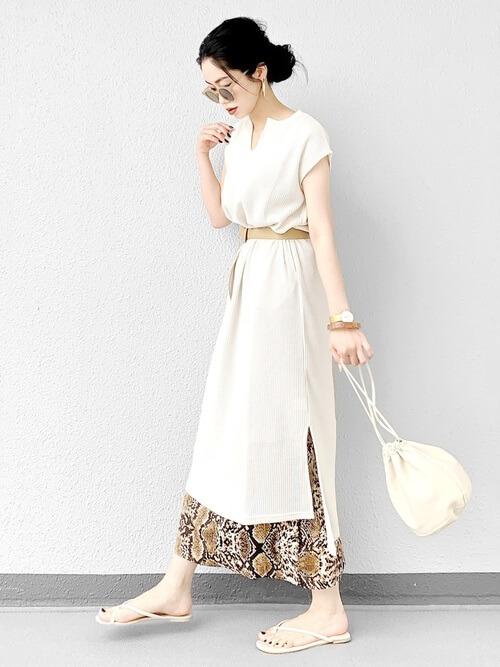 サッシュベルト×白のスリットワンピース×花柄スカート×ベージュのサンダル