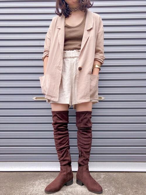 茶色のロングブーツ×ベージュのジャケット×ブラウンのタンクトップ×ベージュのショートパンツ