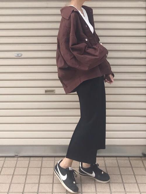 タイトスカート×ブラウンのCPOジャケット×白のタンクトップ×黒のスニーカー