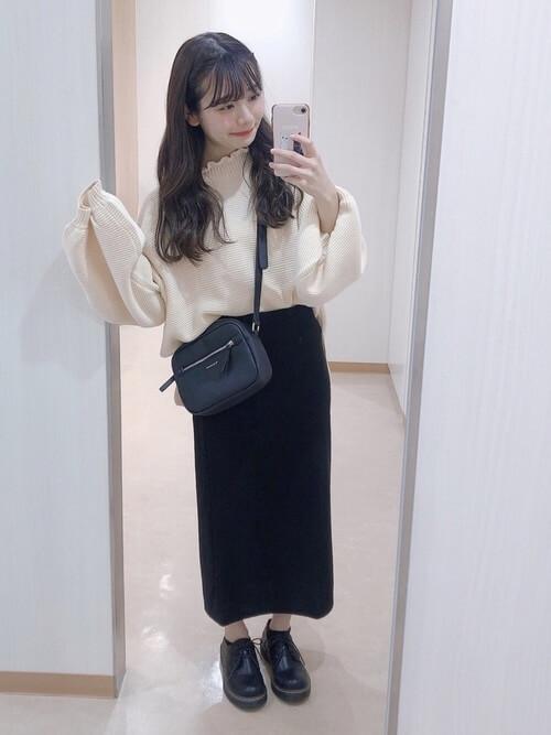タイトスカート×白のニット×黒のブーツ×黒のショルダーバッグ