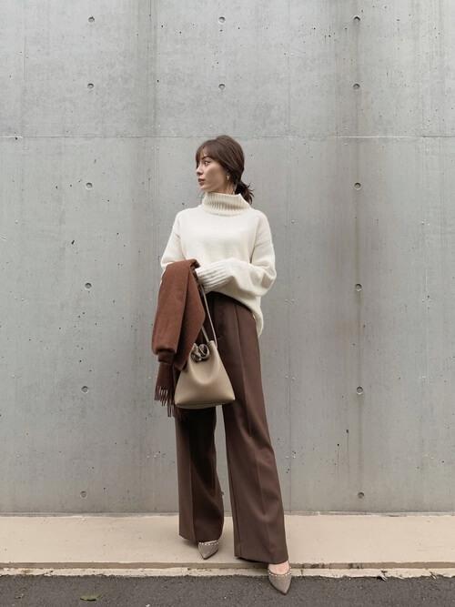 ワイドパンツと靴の見せ方:ブラウンのワイドパンツ×ヒールパンプス