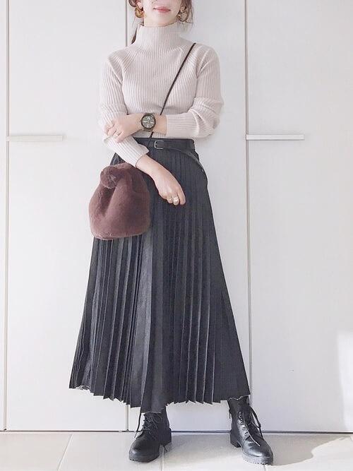 編み上げブーツ×ベージュのハイネックニット×デニムのプリーツスカート×ブラウンのファーバッグ