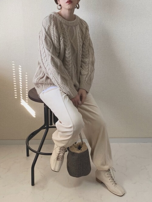 編み上げブーツ×ベージュのケーブルニット×白のパンツ